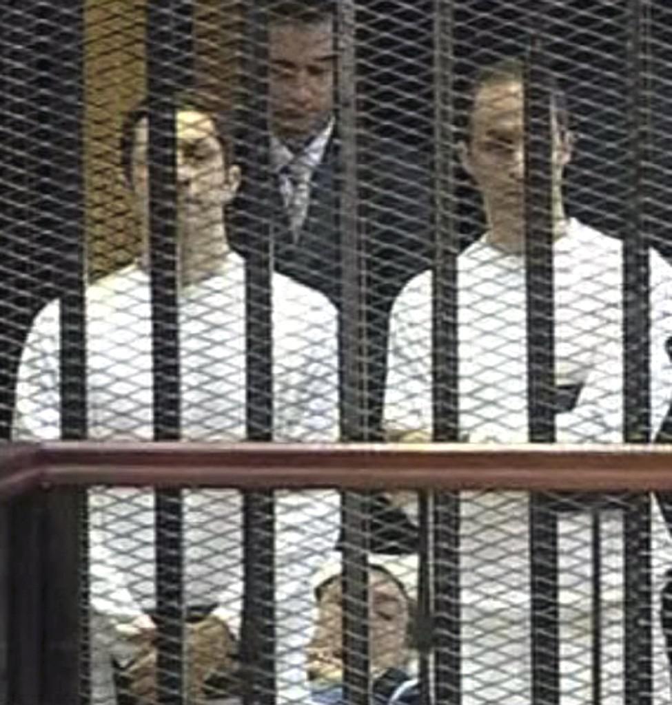 Husní Mubarak se svými syny Gamálem a Aláem před soudem