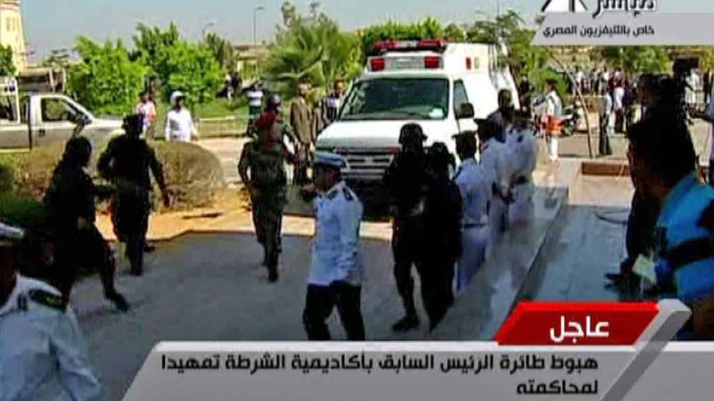 Příjezd Husního Mubaraka ke káhirskému soudu