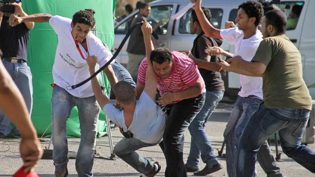 Před soudní budovou se střetli Mubarakovi stoupenci a odpůrci