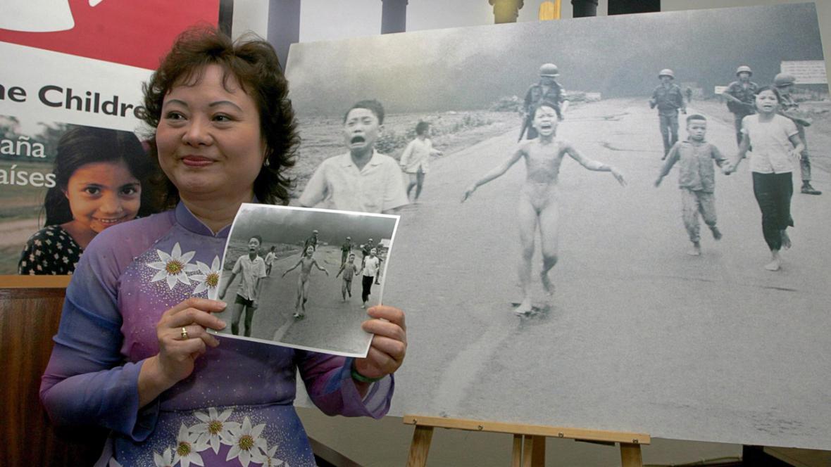 Kim Phucová s fotografií z roku 1972