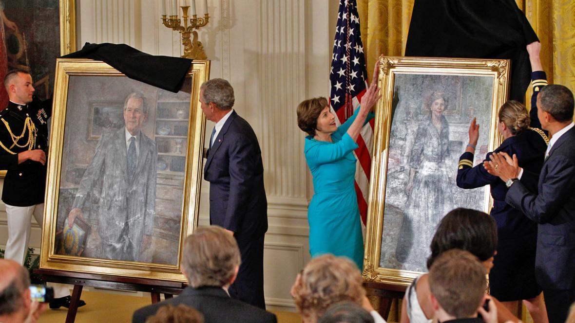 Odhalení portrétů George a Laury Bushových
