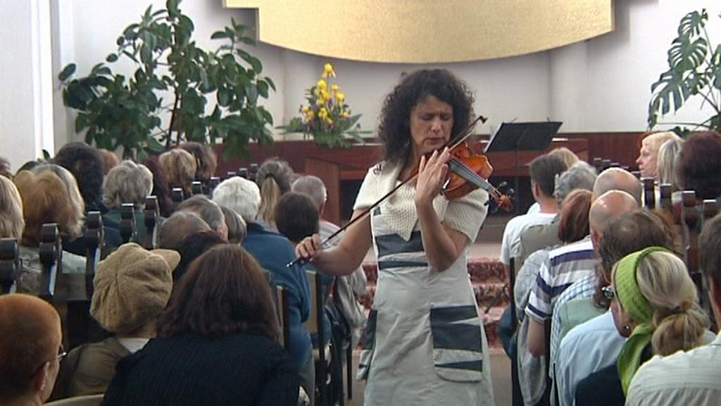 Iva Bittová při koncertě v kostele ve Frýdku-Místku