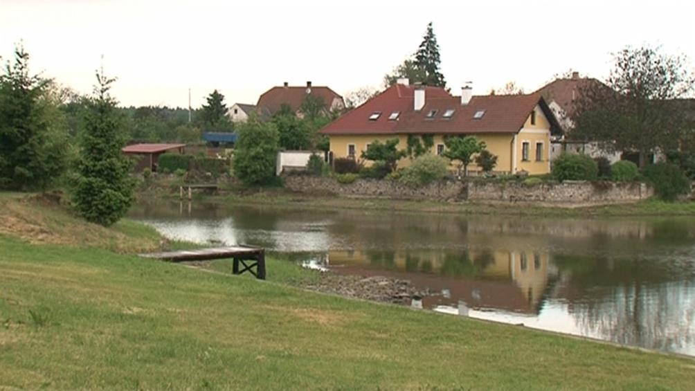 Zemědělec bojuje s obcí o rybník