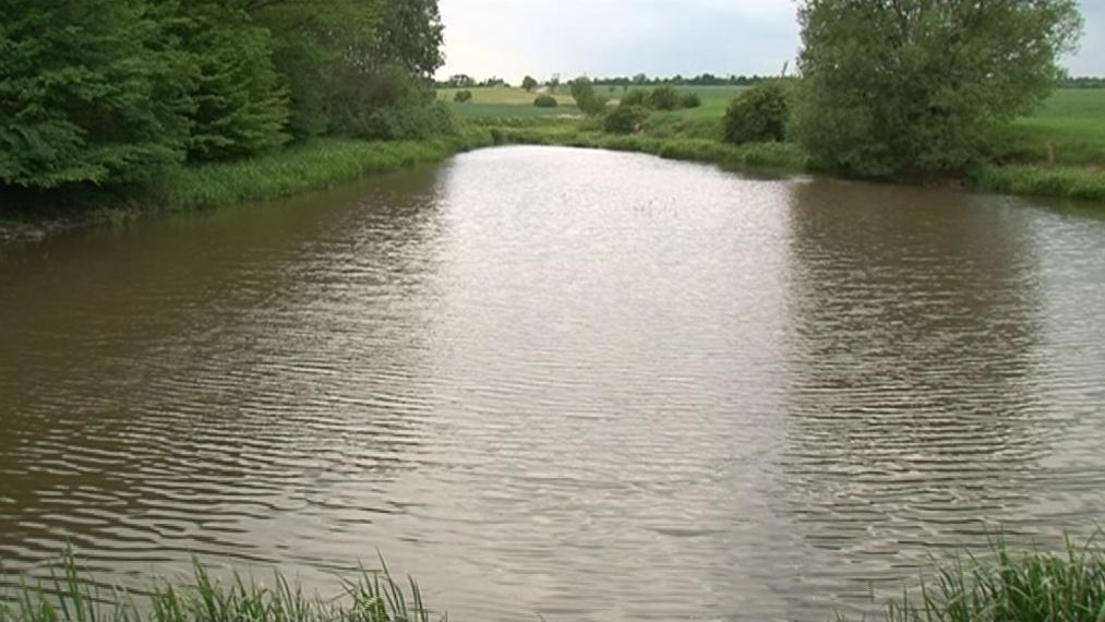 Zemědělec s obcí bojuje o rybník