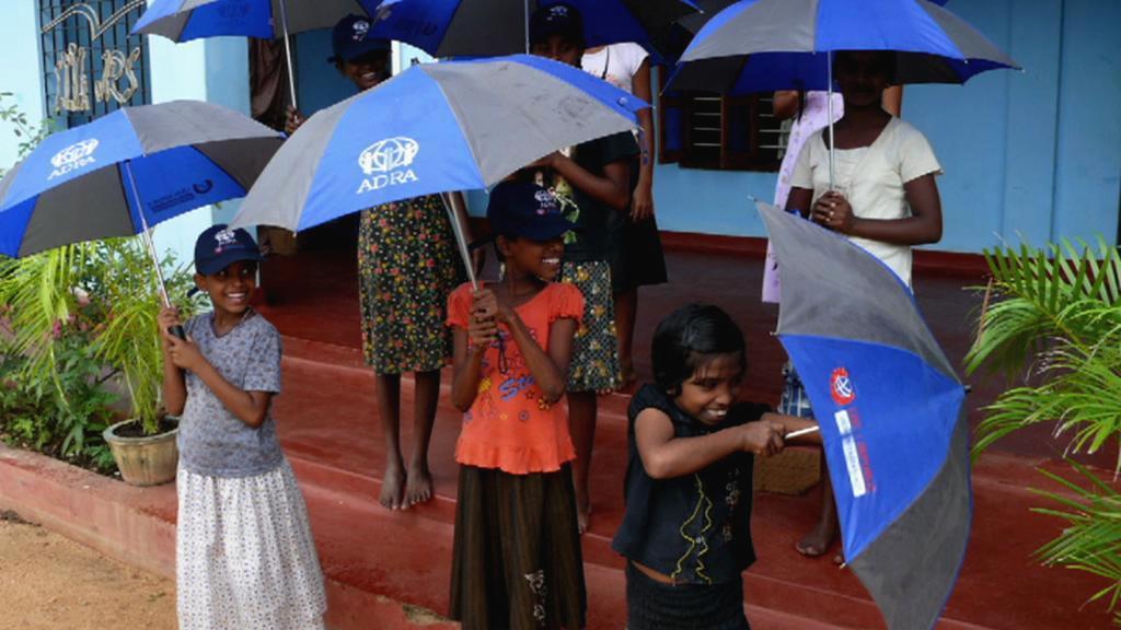 Děti s deštníky organizace ADRA