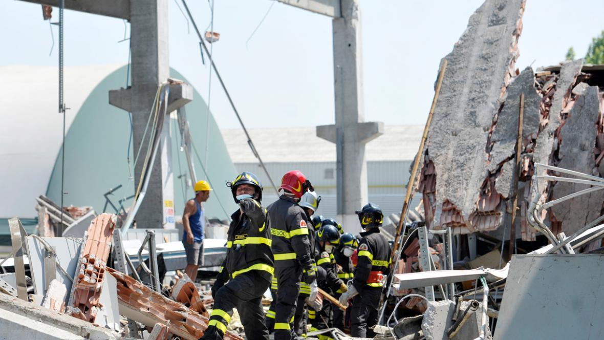 Záchranáři ve zřícené tovární hale v severoitalské Mirandole