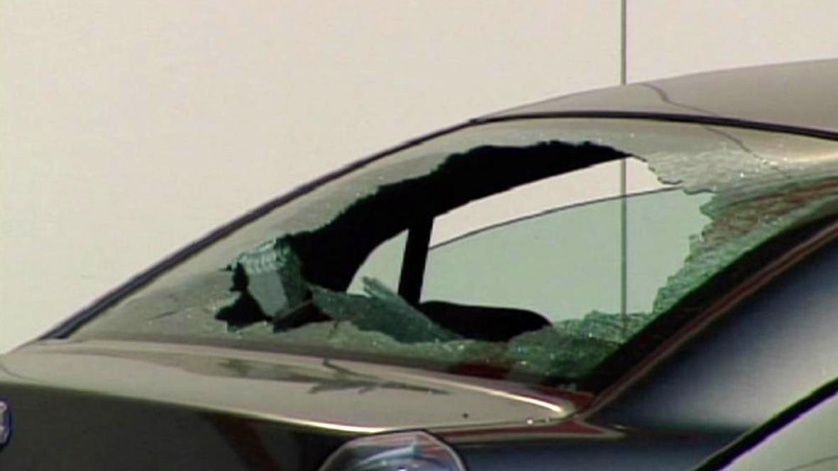 Auta poškozená úlomky z letadla společnosti Air Canada