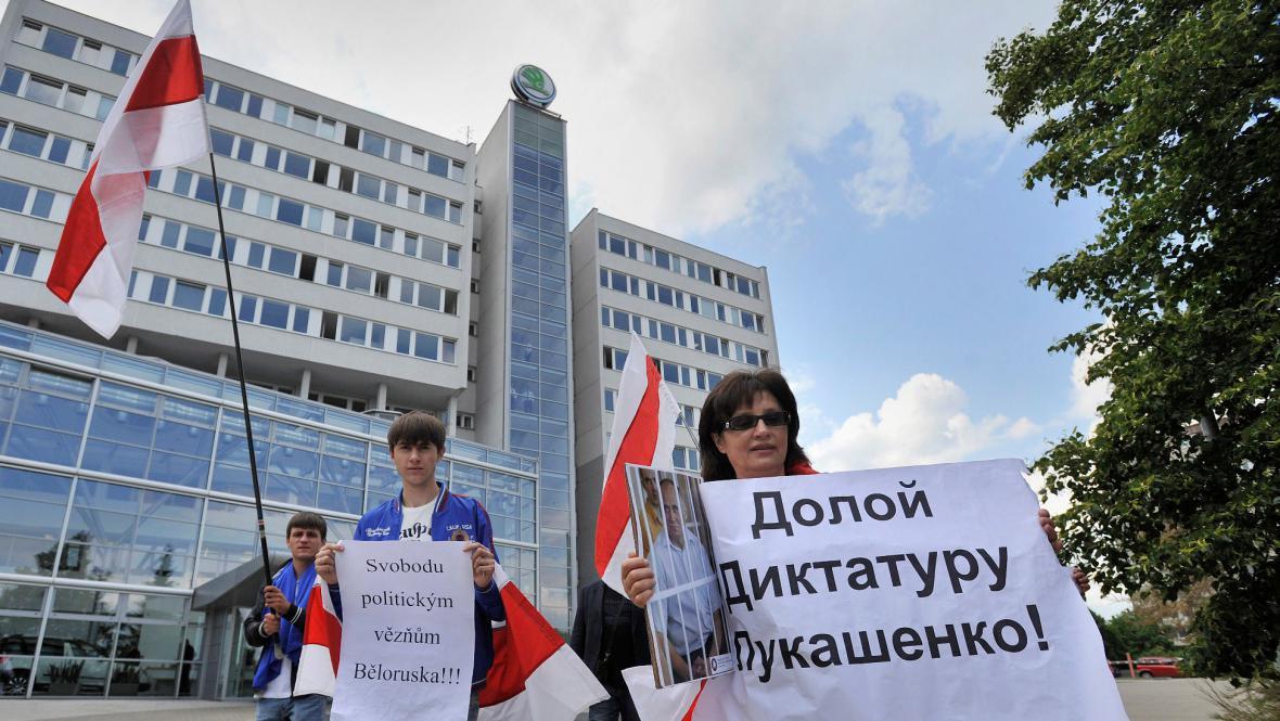 Běloruští demonstranti před budovou Škody auto