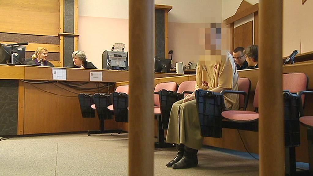 Matka obžalované ženy u soudu