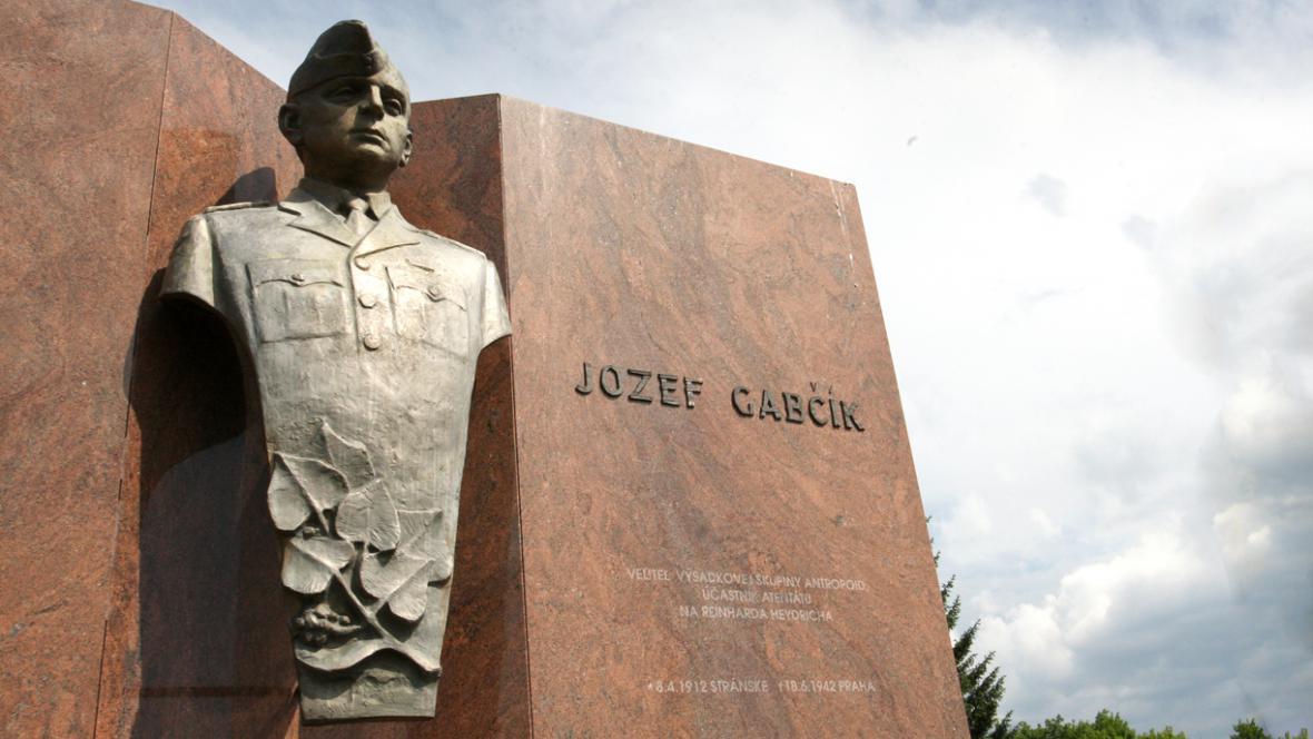 Socha Jozefa Gabčíka před kasárnami 5. pluku zvláštního určení