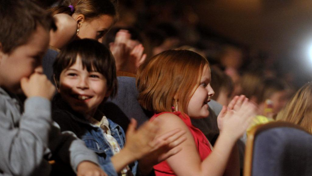 Děti čekají na spuštění první projekce Zlín Film Festivalu