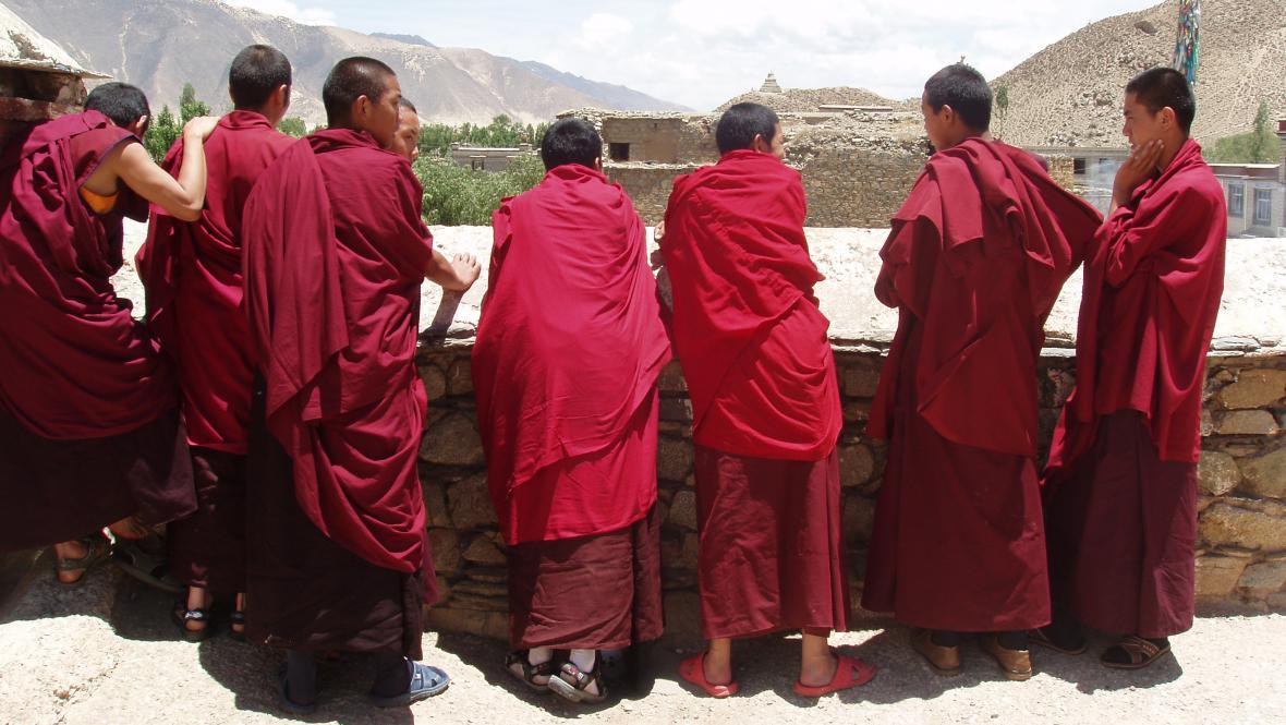 Mniši v tibetském klášteře
