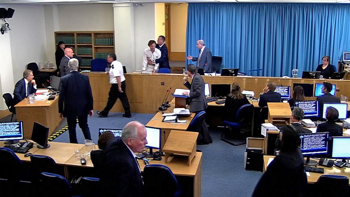 Vystoupení Tonyho Blaira (vlevo) před vyšetřovací komisí