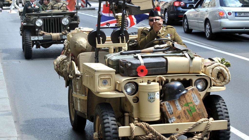 Účastníci konvoje vojenských historických vozidel