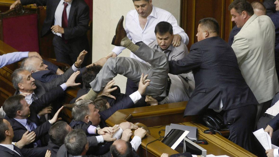 Rvačka v ukrajinském parlamentu