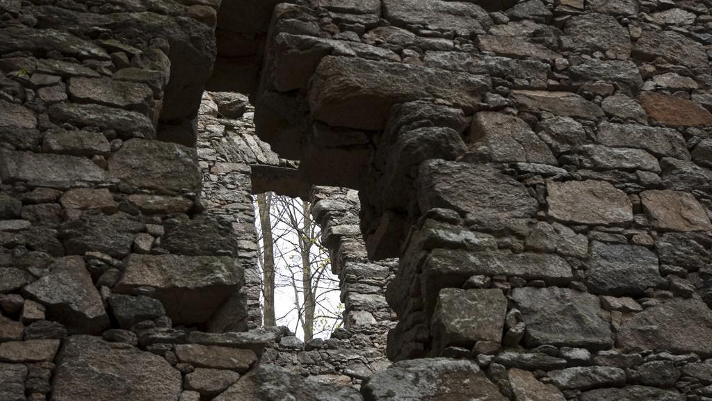 Umělá zřícenina Ballymote na vrchu Prašivice (Nalžovské Hory)
