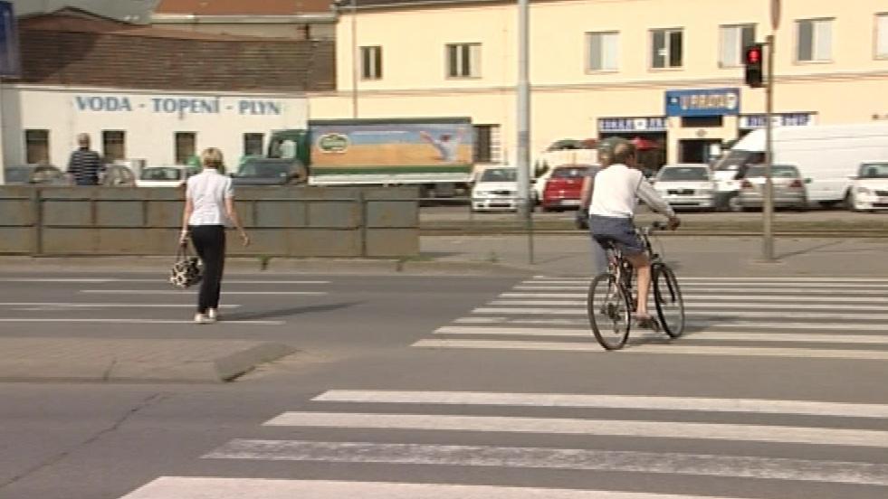 Cyklista po přechodu a na červenou!