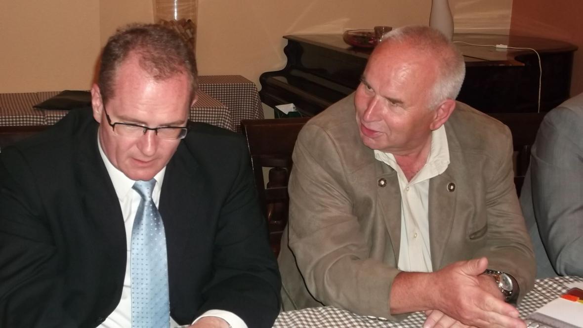Vladimír Krejčíř (vpravo) na tiskové konferenci