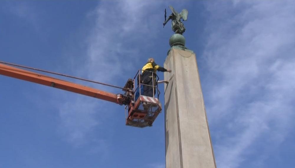 Instalace atributů na Kopalův pomník