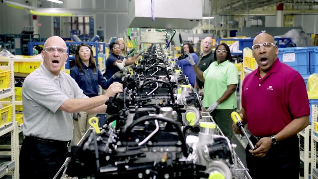 Zaměstnanci zpívají svoji hymnu
