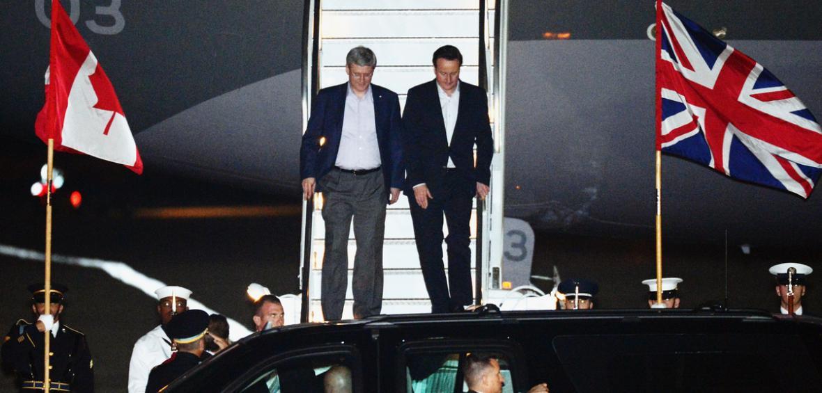 Britský premiér David Cameron a kanadský premiér Stephen Harper přijíždí na summit NATO
