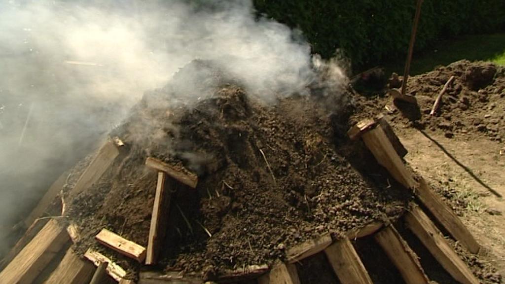 Milíř na výrobu dřevěného uhlí