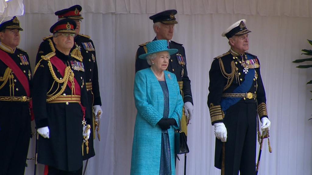 Královna Alžběta II. na vojenské přehlídce