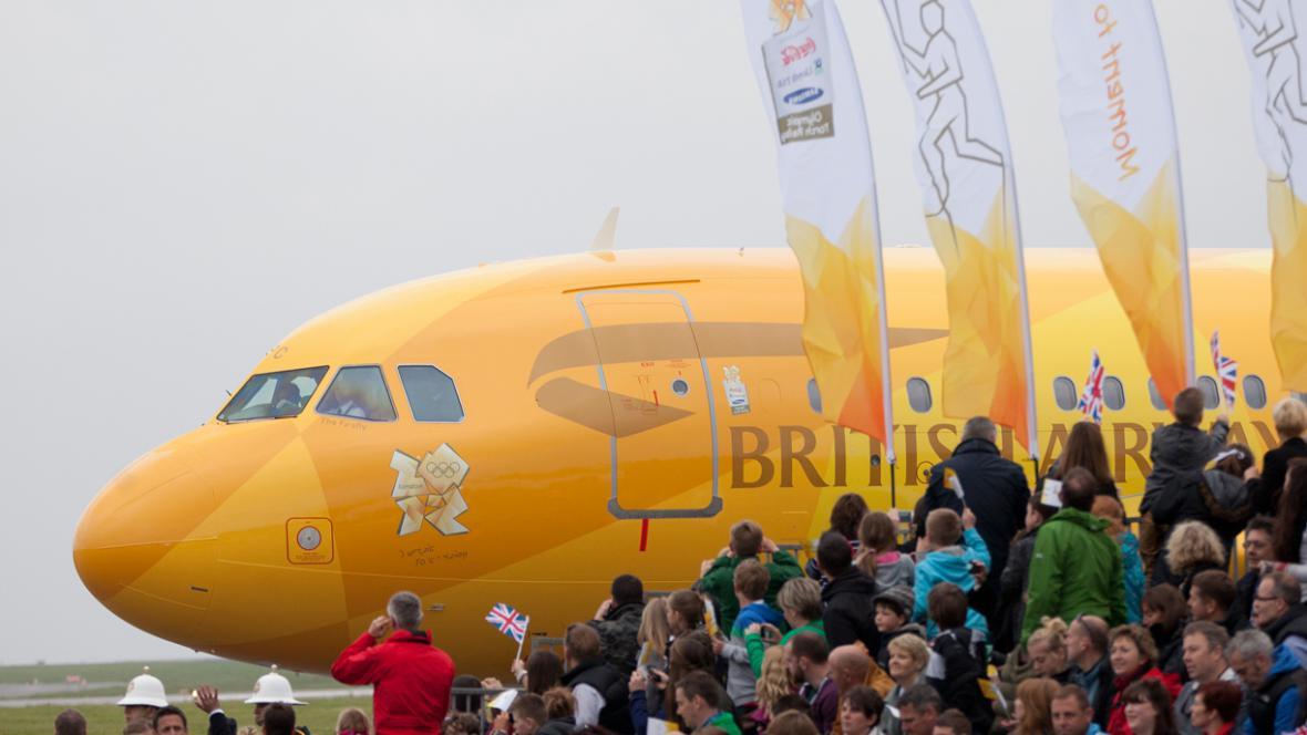 Letadlo s olympijským ohněm dorazilo do Británie