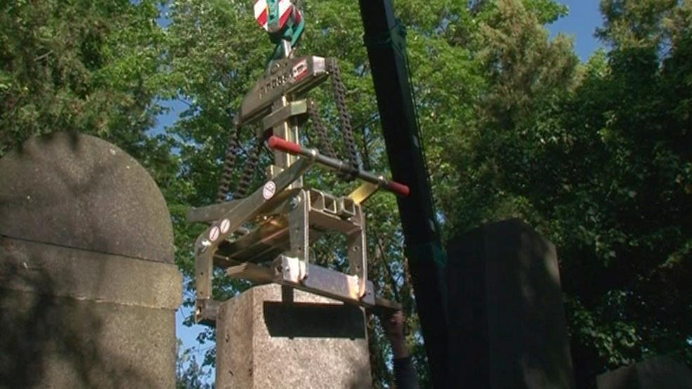 Jeřáb dnes zdvihnul 10 židovských náhrobků