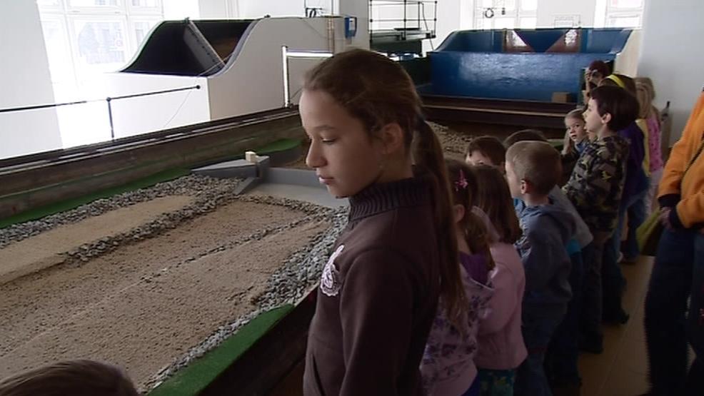 Děti si prohlédly model říčního toku
