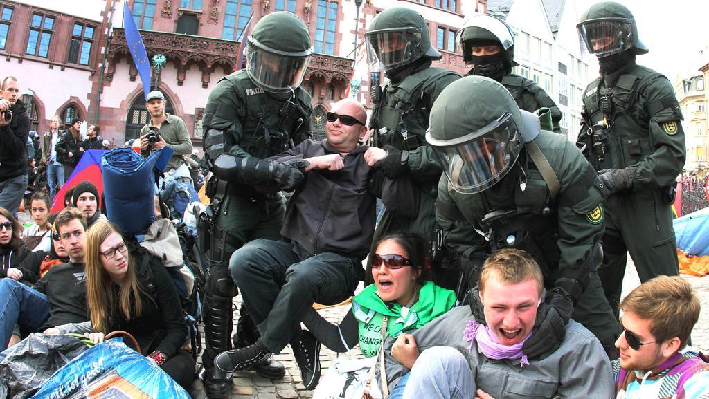 Zásah policie při frankfurtské demonstraci