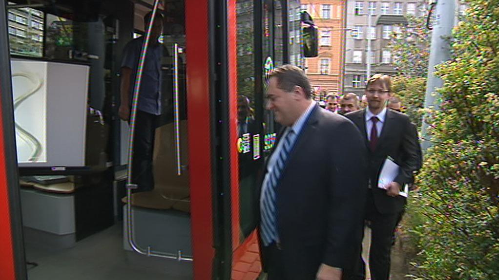 Izraelská delegace nastupuje do tramvaje
