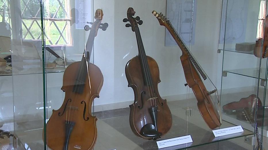 Výstava představuje 500 let historie houslí