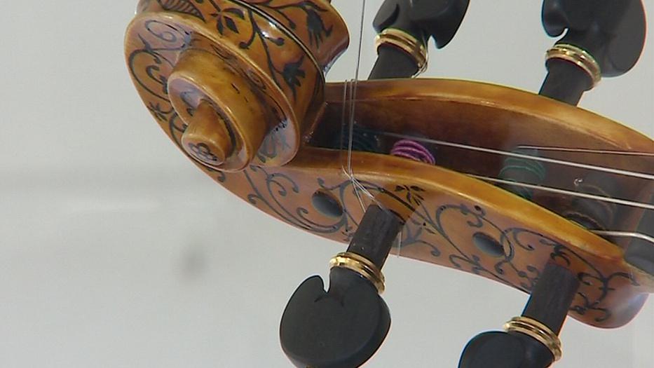 Chropyňský zámek hostí výstavu houslí