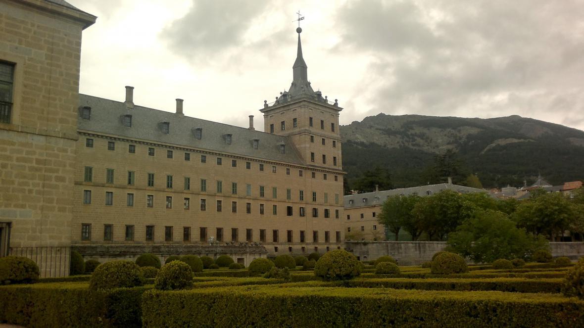 El Escorial při pohledu ze zahrad