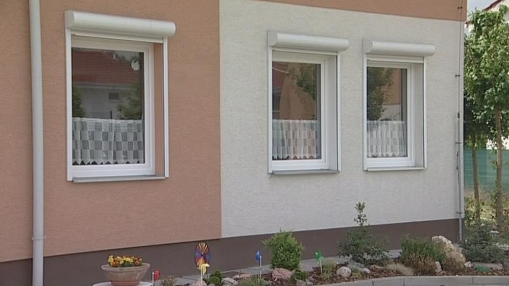 Už po nastěhování se v domě rosila okna