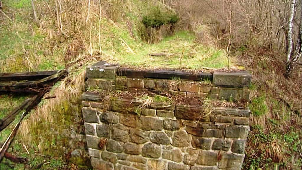Kamené pilíře bez mostu