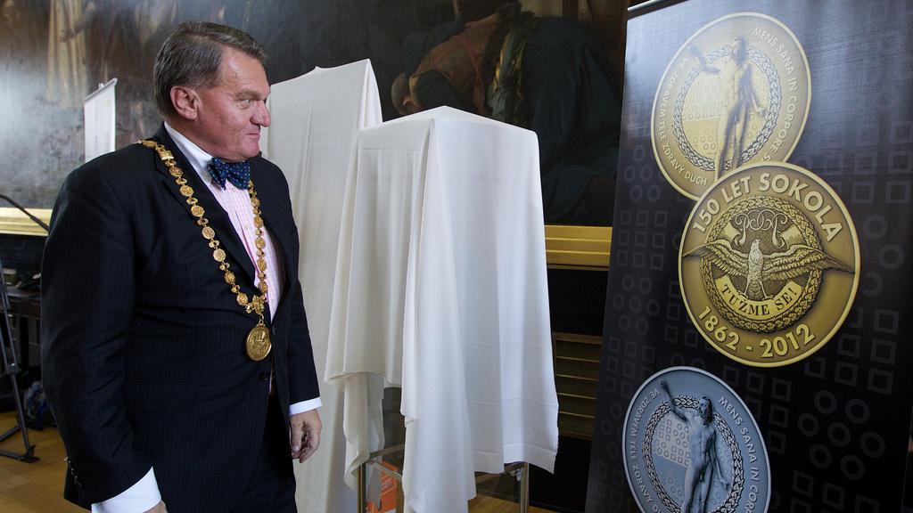 Bohuslav Svoboda při představení pamětních mincí Sokola