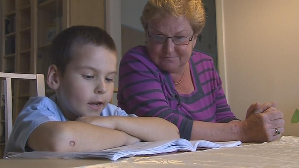 Náhradní babička se učí s dětmi