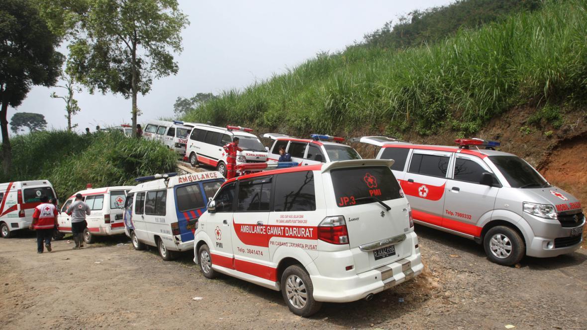 Indonéští záchranáři na místě nehody ruského letadla