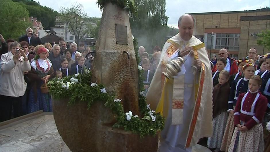 Čtyřem pramenům požehnal luhačovický farář Hubert Wójcik