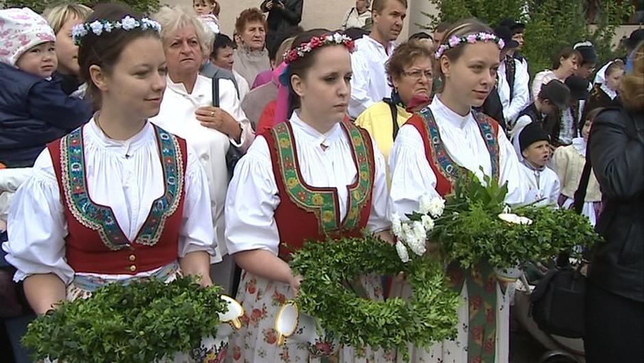 Na žehnání pramenů nechyběli členové folklorních souborů v krojích