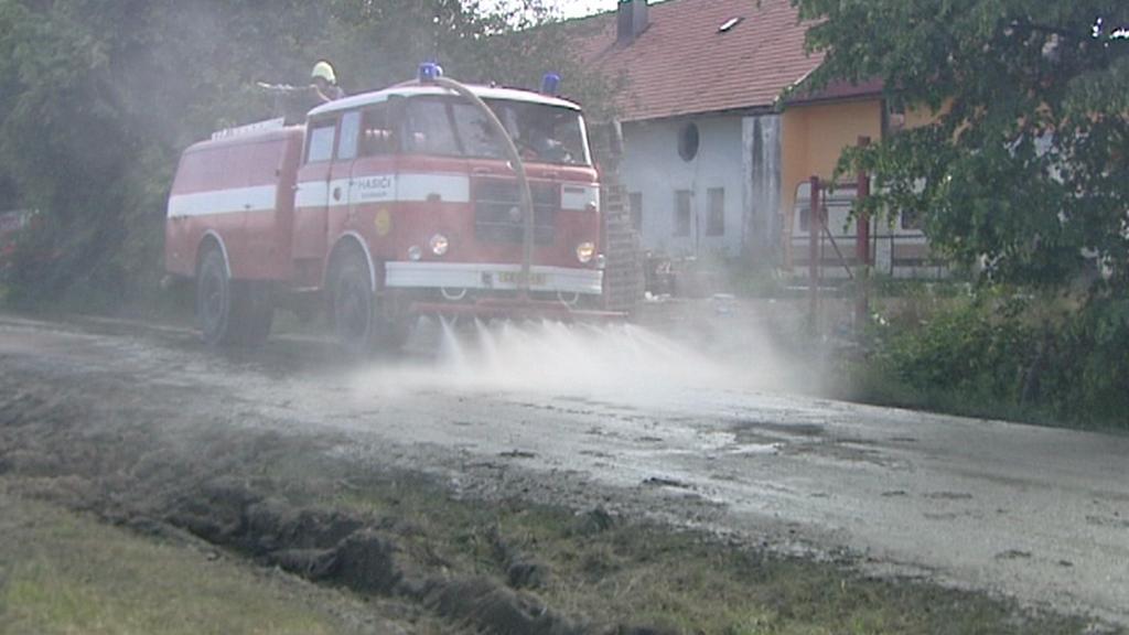Hasiči čistí silnici po dopravní nehodě
