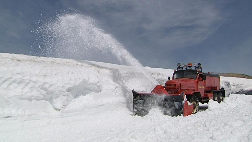 Silnice v Krkonoších jsou i v květnu pod sněhem