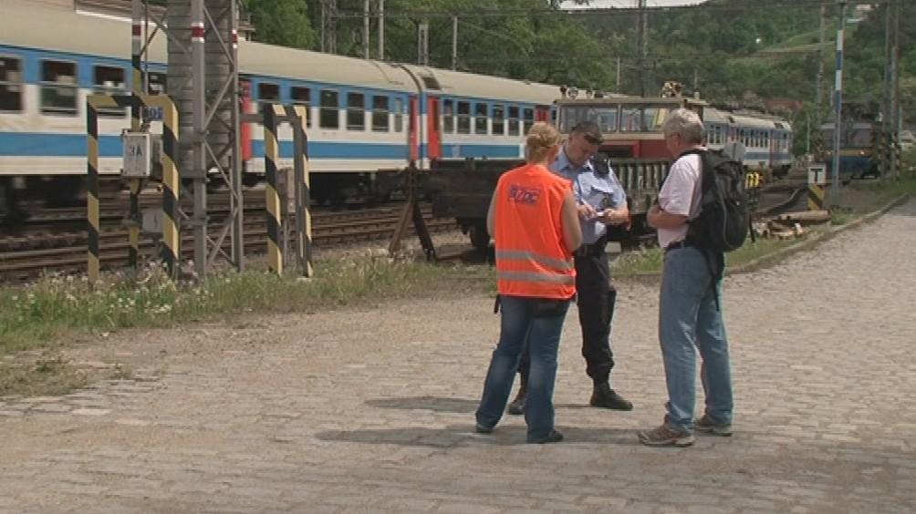 Policisté cestující pokutovali za přecházení kolejí