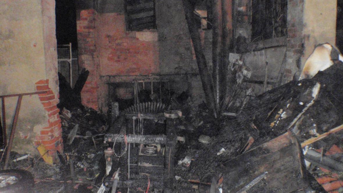 Oheň způsobil stotisícovou škodu