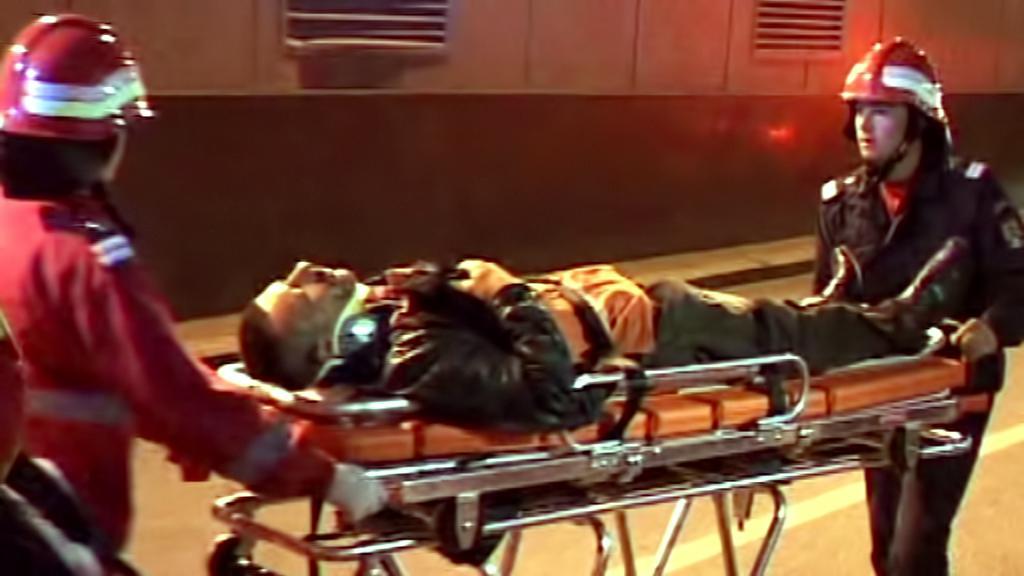 Záchranáři odvážejí raněné po srážce tramvají v Bukurešti