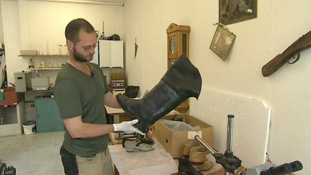 Konzervátor při renovaci historické obuvi