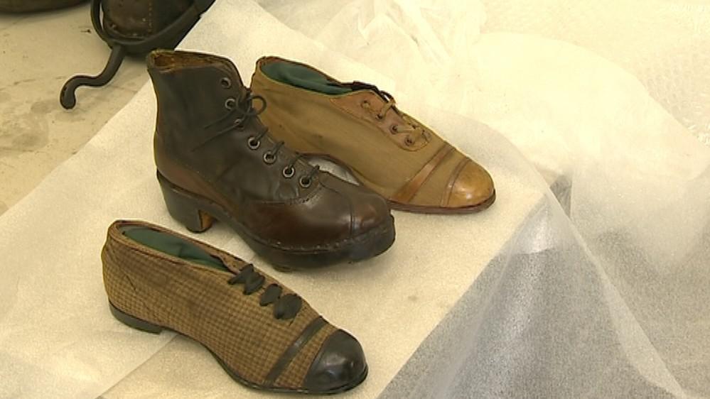 Historická obuv, která projde konzervátorskou dílnou