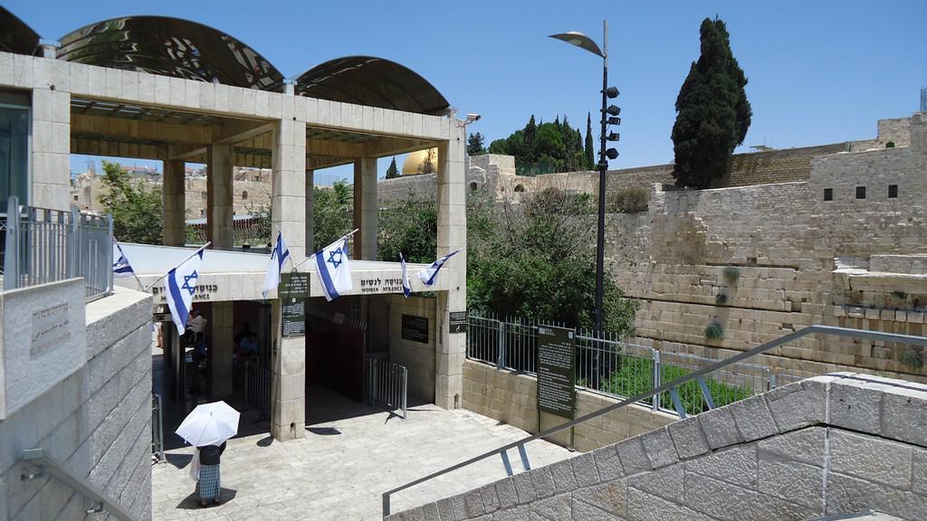 Jedna z přístupových bran ke Zdi nářků